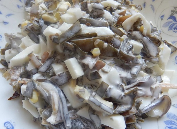 Салат с морской капустой и копченой рыбой