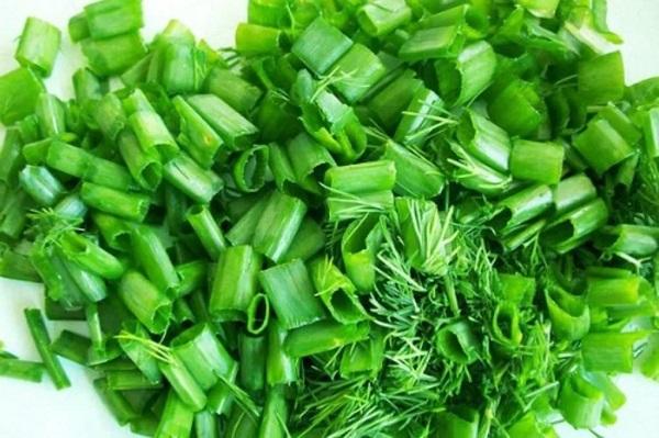 Салат из зеленого лука с яйцами