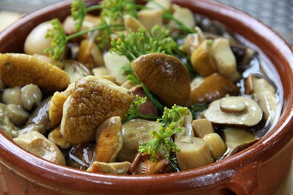 Салат из маринованных грибов с рисом