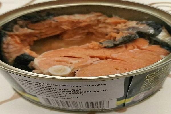 Салат из лосося с помидорами и огурцами