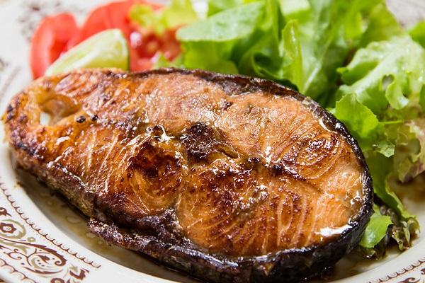 Рыба, запеченная с помидорами в мультиварке