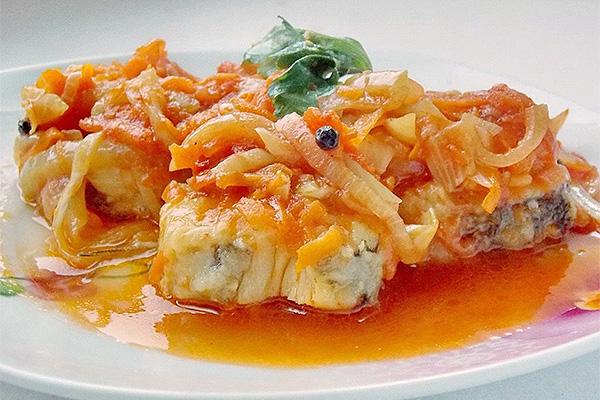 Рыба под шубой из моркови и сыра в мультиварке