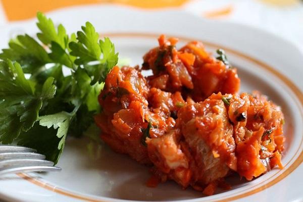 Рыба в соусе из вина и кедровых орехов в мультиварке