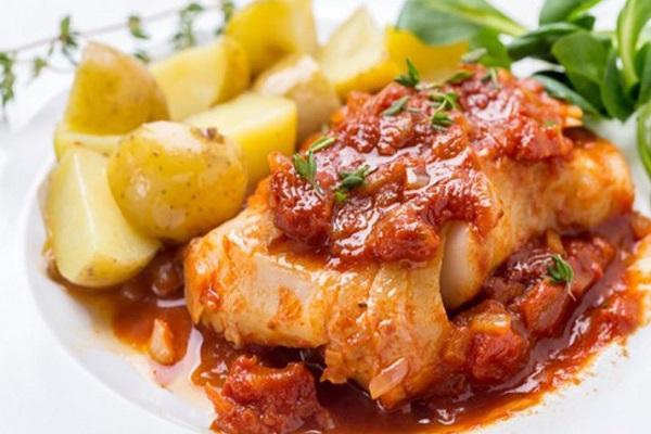 Рыба, запеченная с картофелем и помидорами в мультиварке