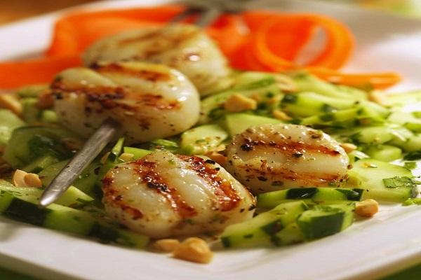 Салат из гребешков и корнишонов