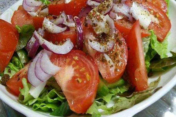Салат из морского гребешка, свежих помидоров, огурцов и лука