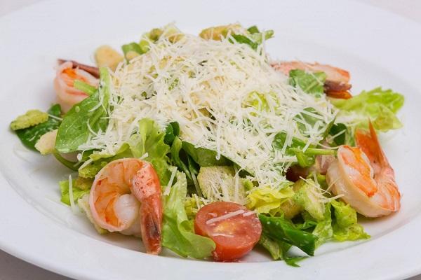 Салат с креветками и тертым сыром