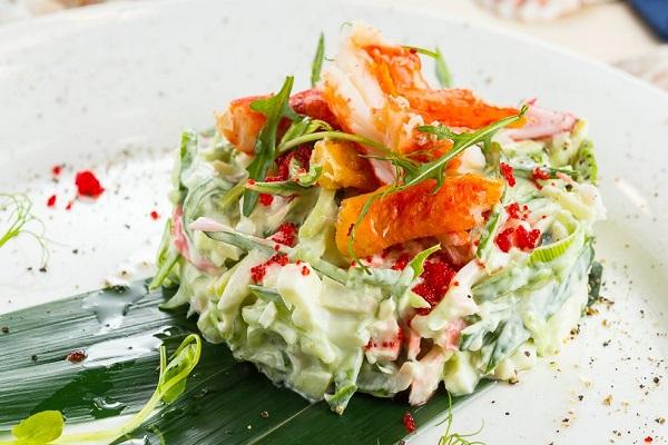 Салат из крабов с огурцом и спаржей