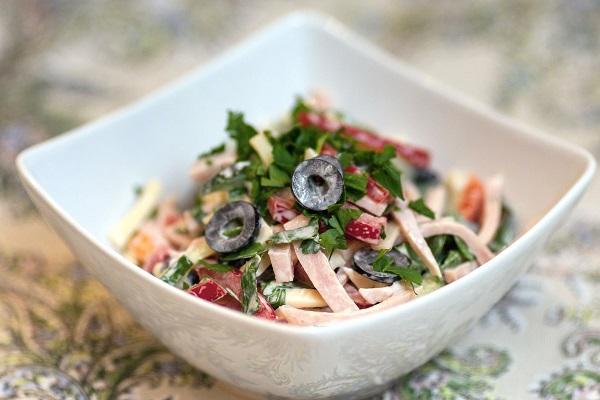 Салат из крабов с ветчиной и маслинами