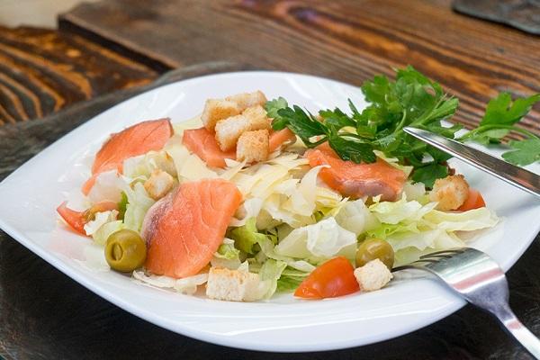 Салат из лосося с овощами