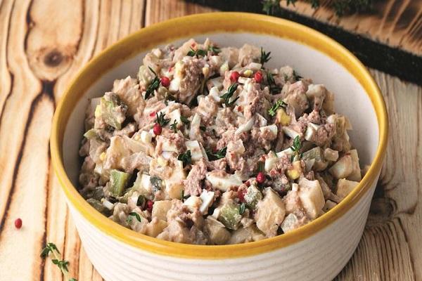 Салат из печени трески с соленым огурцом