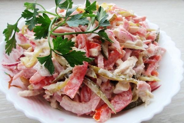 Салат из мяса птицы с ветчиной и фасолью
