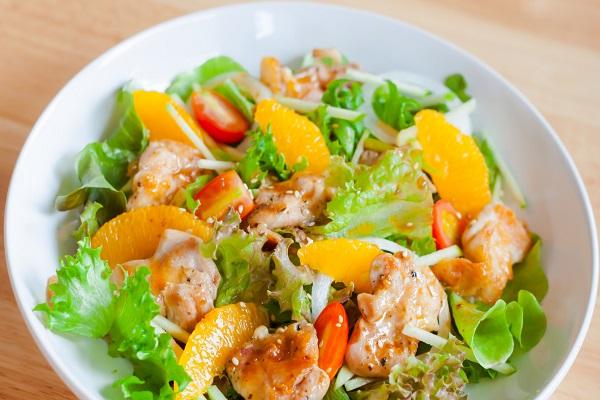 Салат из птицы с солеными огурцами и апельсинами