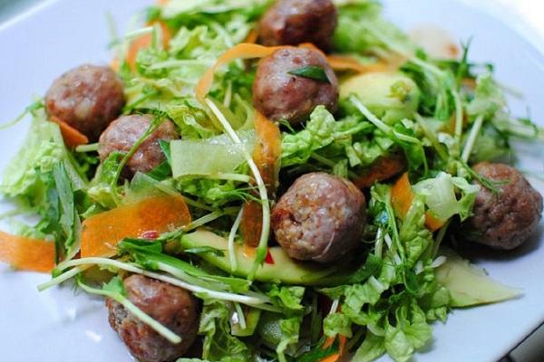 Салат с куриными фрикадельками