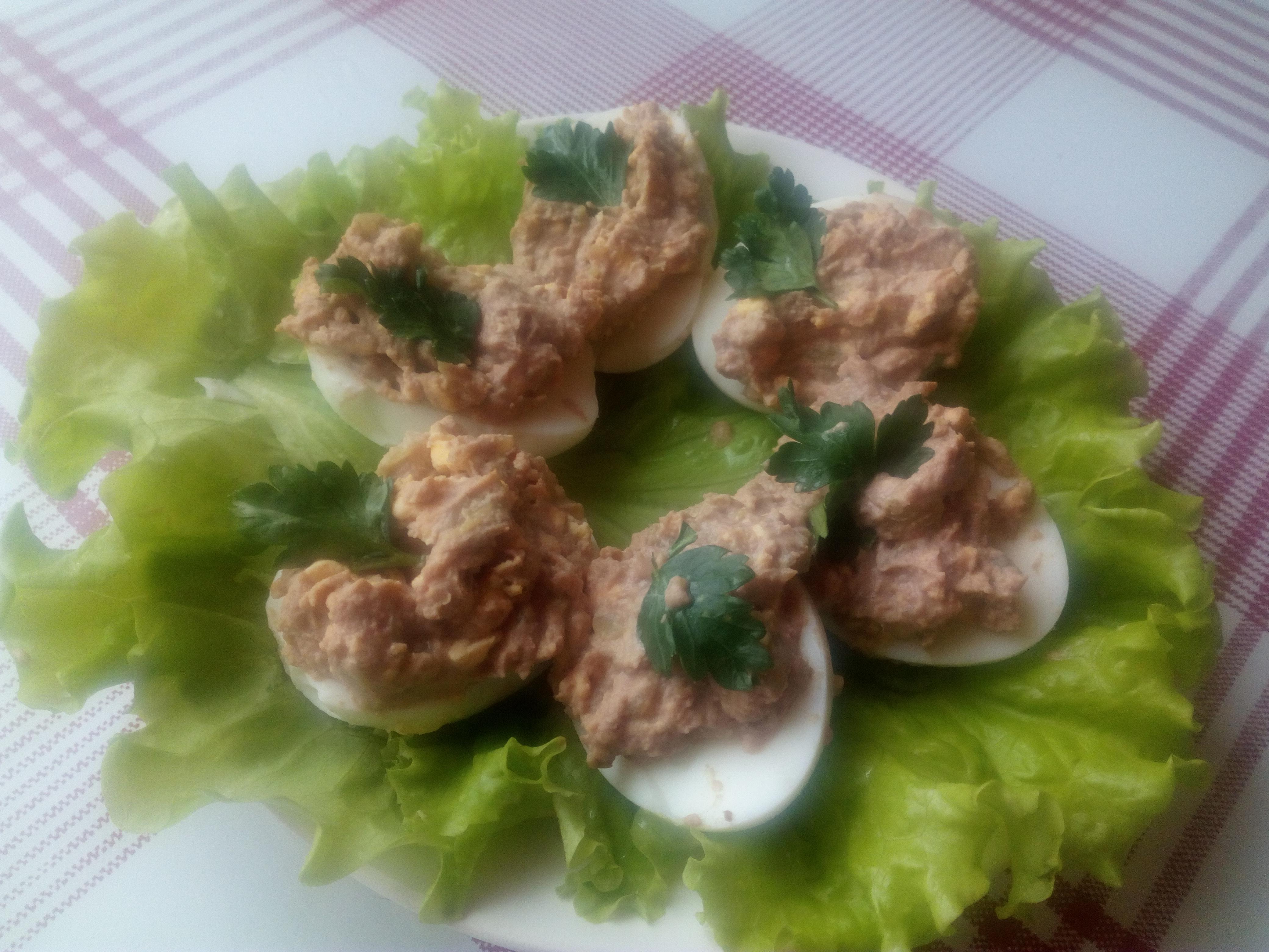 Всем доброго времени суток! Сегодня будем готовить закуску яйца фаршированные паштетом из гусиной печени.  Для приготовления закуски яйца фаршированные паштетом из гусиной печени нам понадобятся следующие ингредиенты: 1 Куриные яйца – 5 шт. 2 Гусиный паштет из печени – 100 г. 3 Соленые огурцы – 2шт. 4 Майонез 5 Зелень петрушки и салат. Отварить куриные яйца до полной готовности, затем разрезать пополам и удалить желток. Выложить гусиный паштет из печени в отдельную чашу, добавить желтки от готовых яиц, натереть на мелкой терке соленый огурец и все очень тщательно перемешать. Массой, которая получилась заправить яйца.  Украсить блюдо листьями салата и петрушкой.  Можно добавить по вкусу майонез. Закуска яйца фаршированные паштетом готова! Приятного аппетита! Если вдруг вам непонятно порядок приготовления, то можно посмотреть видео с пошаговым приготовлением рецепта закуска яйца фаршированные паштетом.