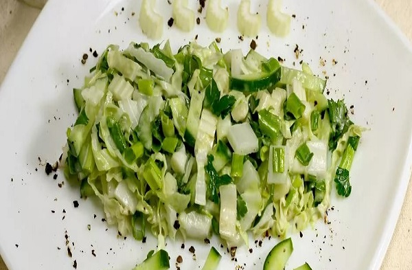 Салат овощной с сыром и сельдереем