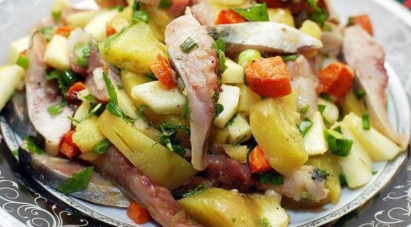 Салат с картофелем, сельдью и овощами