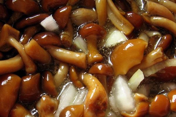 Салат с грибами и луком