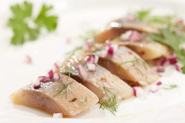 Салат из фасоли и сельдью