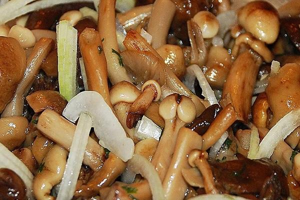 Салат с ветчиной и маринованными грибами