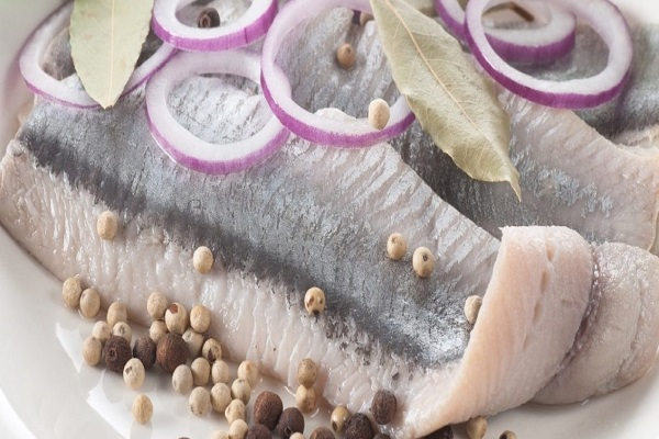 Салат с морской капустой и селедкой