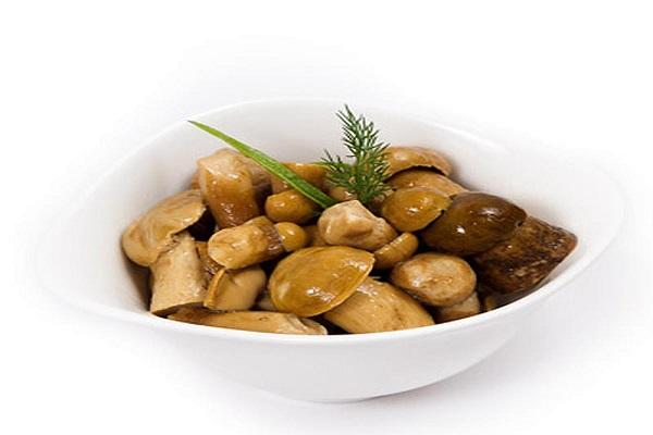 Грибы соленые со сметаной