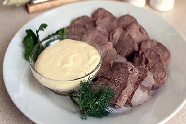 Салат из отварного языка и грибов